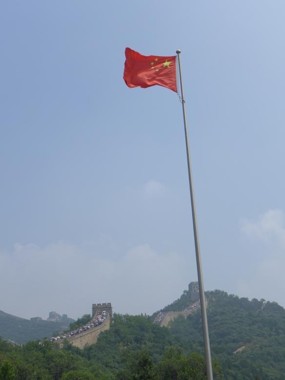 Flagge vor der Mauer